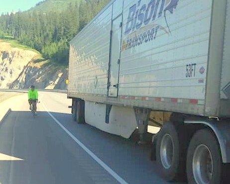 Traversée du Canada à vélo: un cycliste confronté aux véhicules lourds