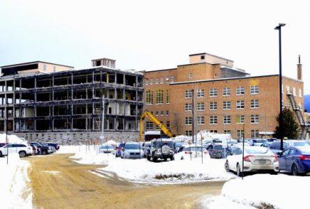 Ancien Hôpital de Baie-Saint-Paul: les travaux de déconstruction respectent l'échéancier