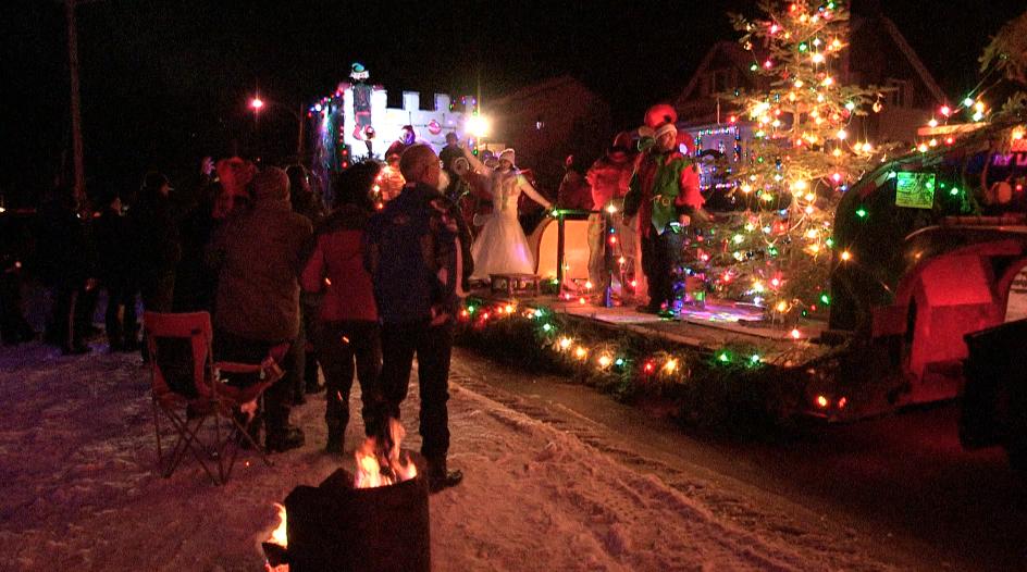 Succès grandiose de la parade du Père Noël à Saint-Aimé-des-Lacs !