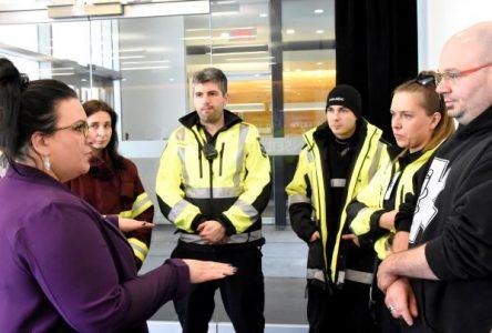 Les ambulanciers rencontrent la députée Émilie Foster