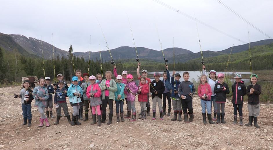 Pêche en herbe pour des élèves de l'école Fernand-Saindon : des orignaux s'invitent ! (vidéo)