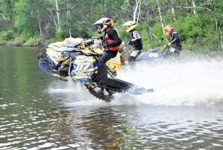 Courses de motoneige sur l'eau: un avenir incertain (vidéos)