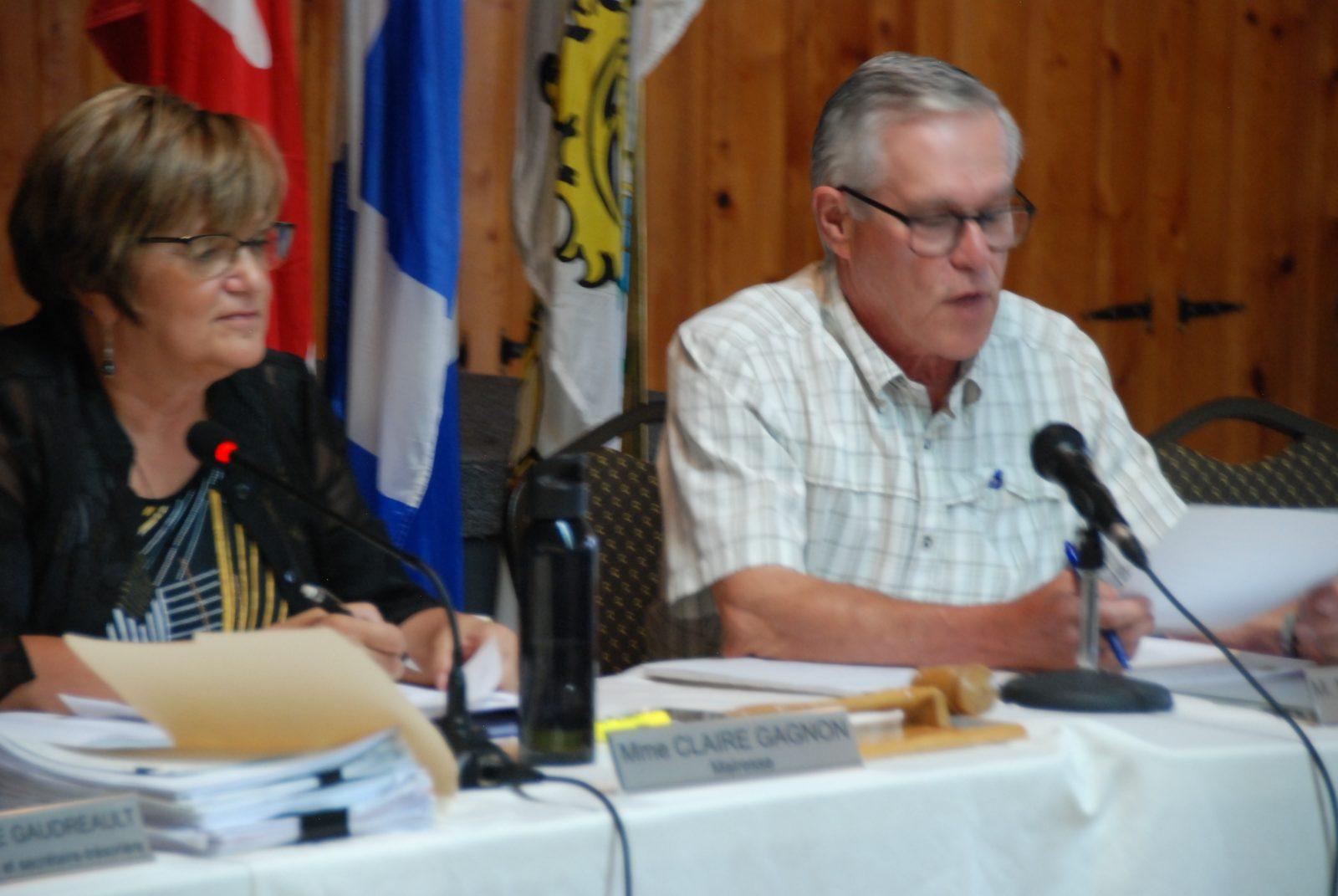 (Vidéo) Une séance du conseil municipal de Saint-Aimé-des-Lacs se termine dans la violence