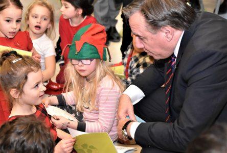 Le premier ministre rencontre de futurs électeurs (PHOTOS)