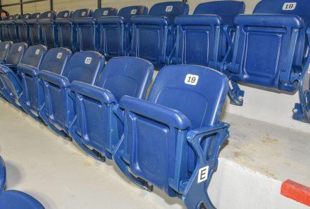 Aréna de Baie-Saint-Paul: les anciens bancs du Colisée sont en place