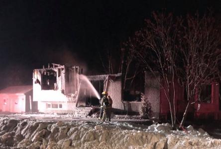Un incendie rase une maison à logements à Baie-Sainte-Catherine : deux transports à l'hôpital
