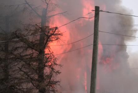 (vidéo) Un incendie fait rage à Clermont