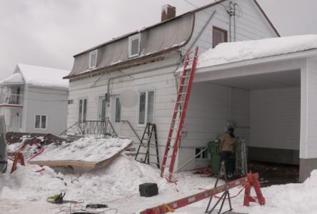 Le toit d'un balcon s'effondre sous le poids de la neige
