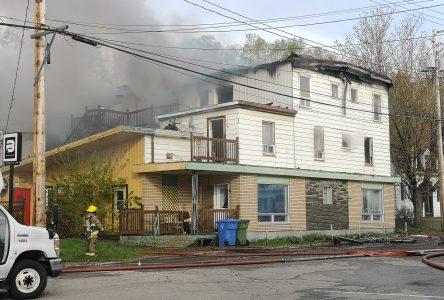 (Mis à jour) Un homme blessé gravement dans un incendie majeur à La Malbaie