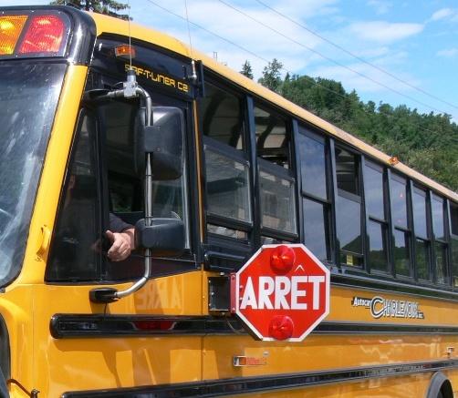 Aucune distanciation physique dans les autobus scolaires