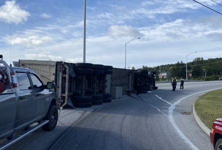 (PHOTOS) Un poids lourd transportant des porcs s'est renversé à Baie-Saint-Paul