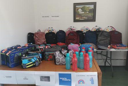 12 sacs à dos seront remis à des élèves par le Service d'aide communautaire de Charlevoix-Est