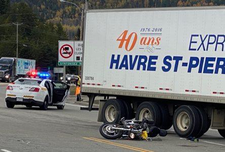 Un motocycliste entre la vie et la mort après une collision avec un camion lourd