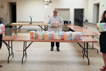 Don de bouteilles d'eau Tupperware au Centre communautaire Pro-Santé