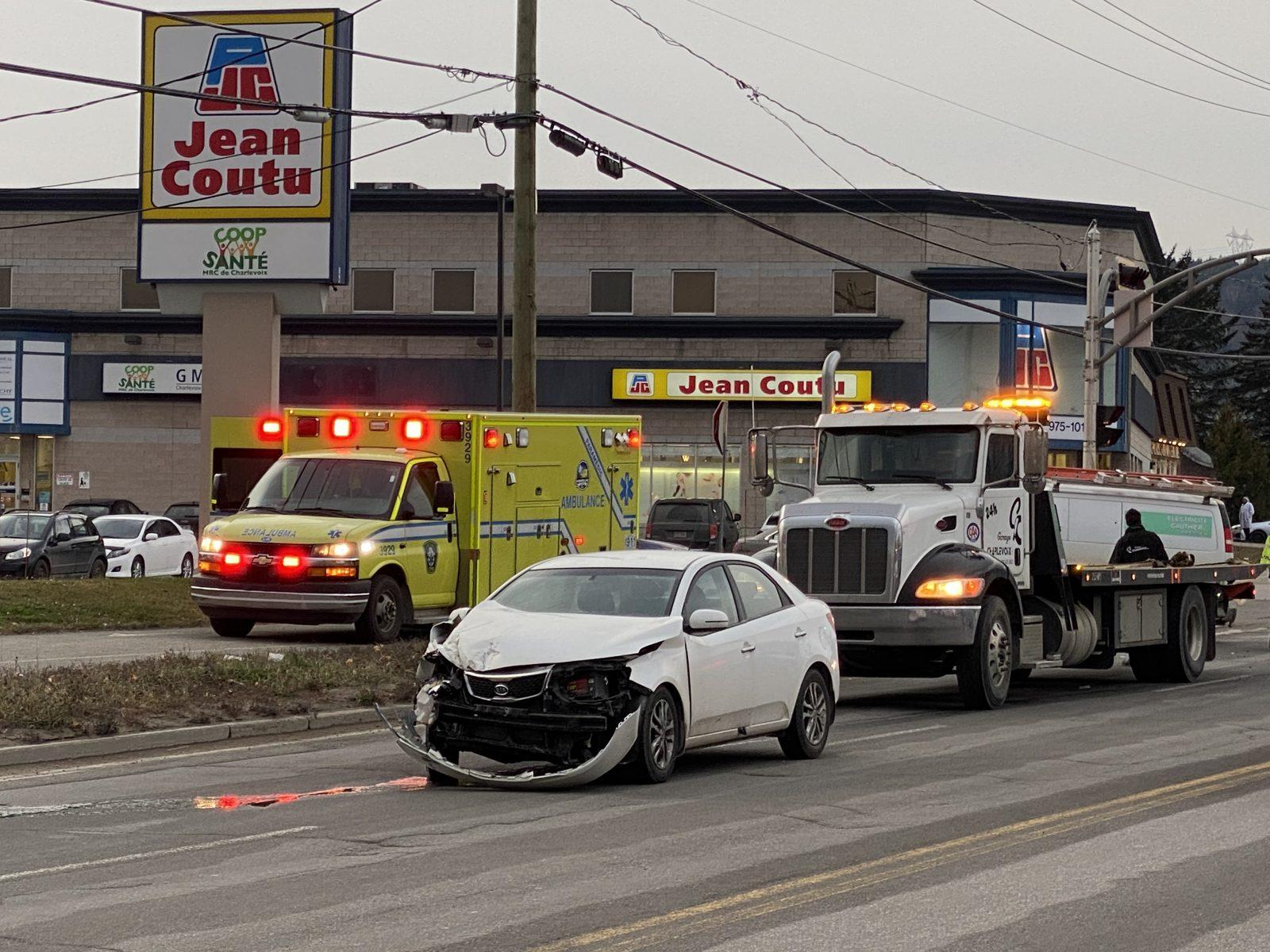 Collision entre un véhicule et une camionnette sur Mgr de Laval