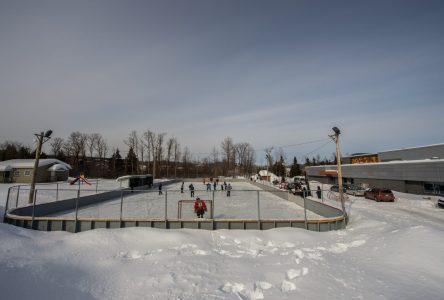 Le hockey libre est permis en bulle familiale à Baie-Saint-Paul et à La Malbaie