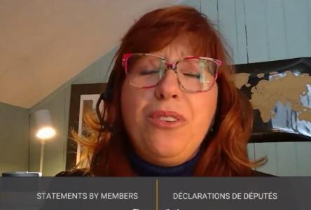 (Vidéo) Caroline Desbiens chante pour Raymond Lévesque aux Communes